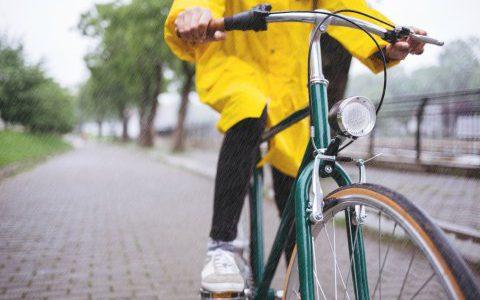 雨の日の自転車レインコート!レディースで最強の雨具3選